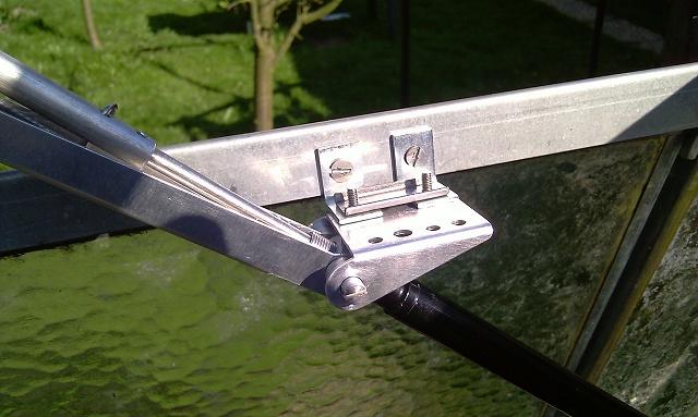 Detail montáže uchycení ramene otevírače otočeného o 90°